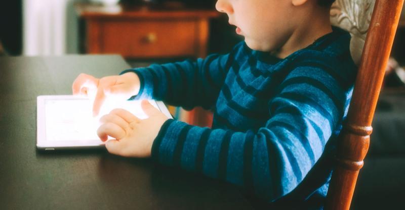 Uso de celulares aumenta casos de miopias em crianças