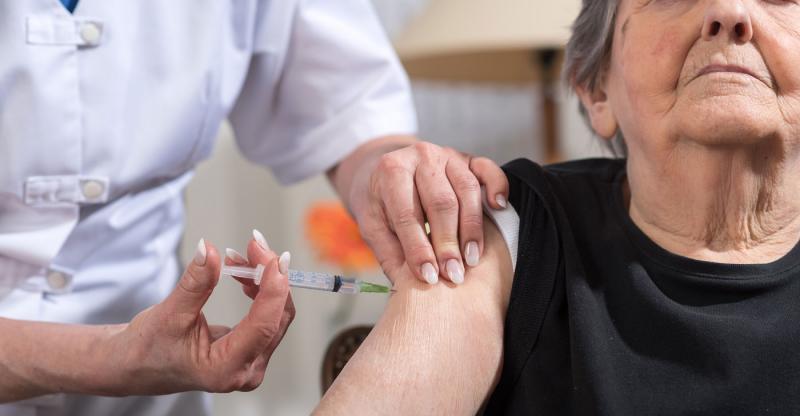 Vovós também tomam vacina. Saiba quais são.